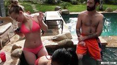 Adolescentes en bikini hablando de hacer una orgia
