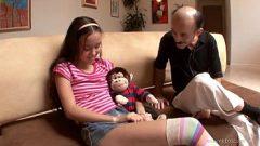 Abuelo perverso follando a la nieta