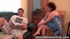 Vieja se folla al nieto en la sala de la casa