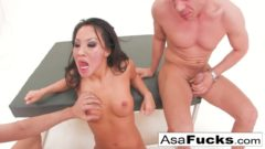 Asiatica Akira hace un trio con dos amigos