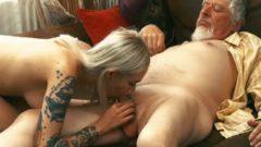 Nieta tatuada folla al abuelo traga el semen