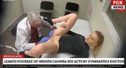 Doctor folla paciente mientras la examinaba
