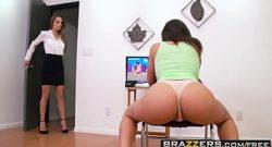 Chica gamer le comen el culo mientras juega