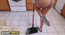 Abby Lee Brazil se entrega a la polla mientras limpia