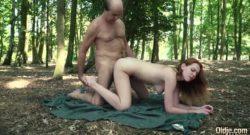 Dulce cachondita follandose viejo en el bosque