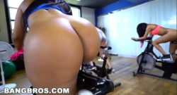Latina Rose Monroe follando en su clase de spinning