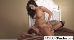 Tori en lenceria video porno lésbico con Taylor Vixen