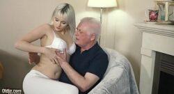 Abuelo castiga la nietan chupandole profundamente el coño