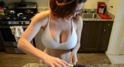 Ama de casa tetona se lleva una buena follada en plena cocina