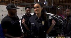 Eliza Ibarra chupa la polla de los negros que le esconden la patrulla