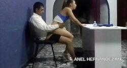 Secretaria mexicana montando sentada sobre polla del jefe