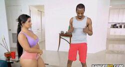 Negro maestro de yoga se da vida con una culona