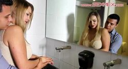 Eva Davais no se resistirá a que estos dos chicos se la cojan en el baño